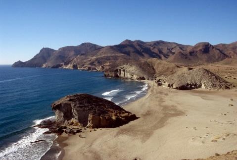La playa es una preciosidad, no me digáis que no. La pena es que con tanta gente pierde el encanto y con niños ni te puedes plantear subir a la duna que trepa sobre la loma desde la que está hecha esta foto tan maravillosa.
